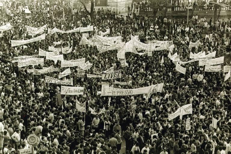 Manifestantes fazem protesto contra a ditadura militar, no centro do Rio de Janeiro (RJ), em ato que ficou conhecido como Passeata dos 100 mil, em 1968