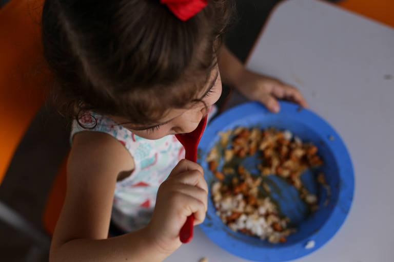Criança almoça na creche Pequeno Gênio na cidade de Serrinha (BA)